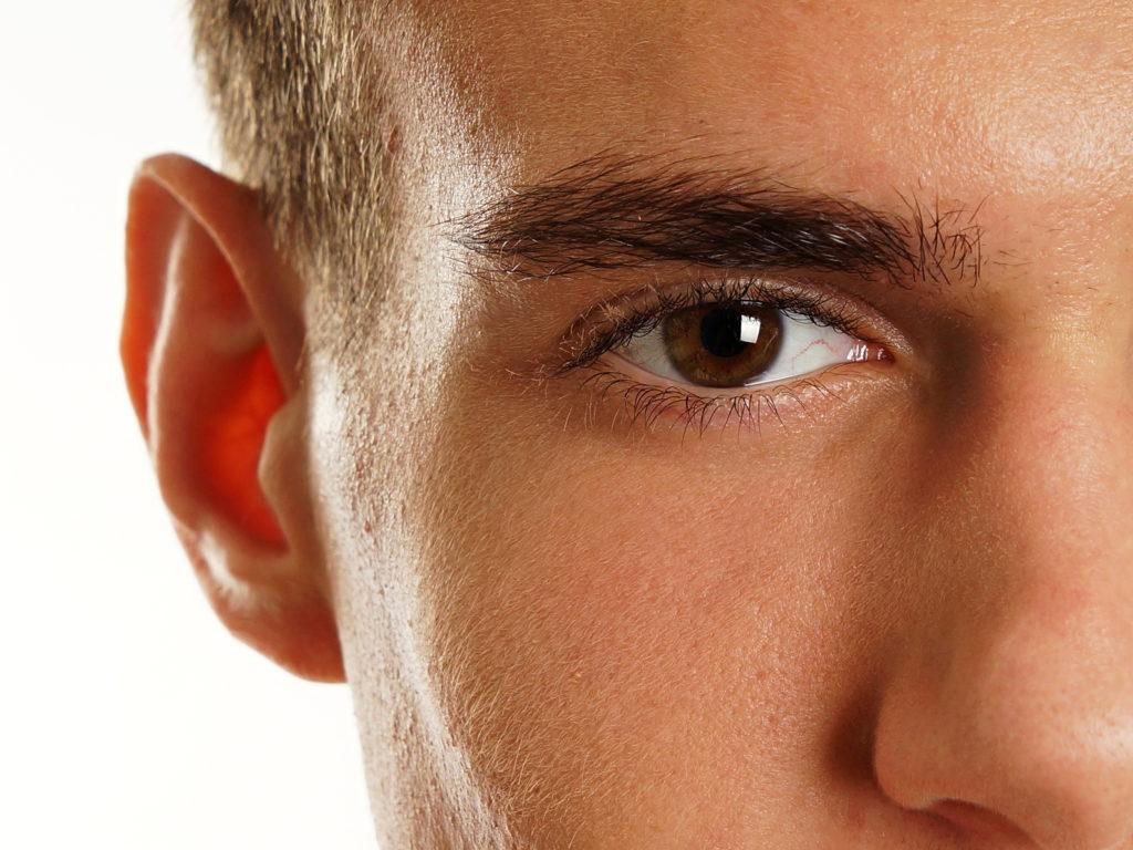 Podniesienie brwi u mężczyzn