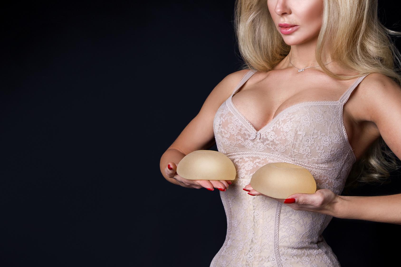 powiększanie piersi, implanty piersi